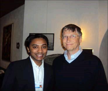 Suhas Gopinath akiwa na mwanzilishi wa Microsoft (Bill Gates)