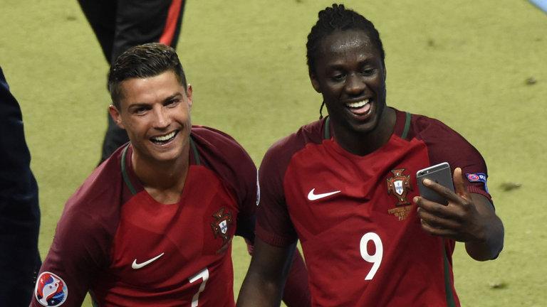 Christian Ronaldo na Picha ya Pamoja na Eder Mfungaji wa Goli Pekee Fainali za Euro 2016